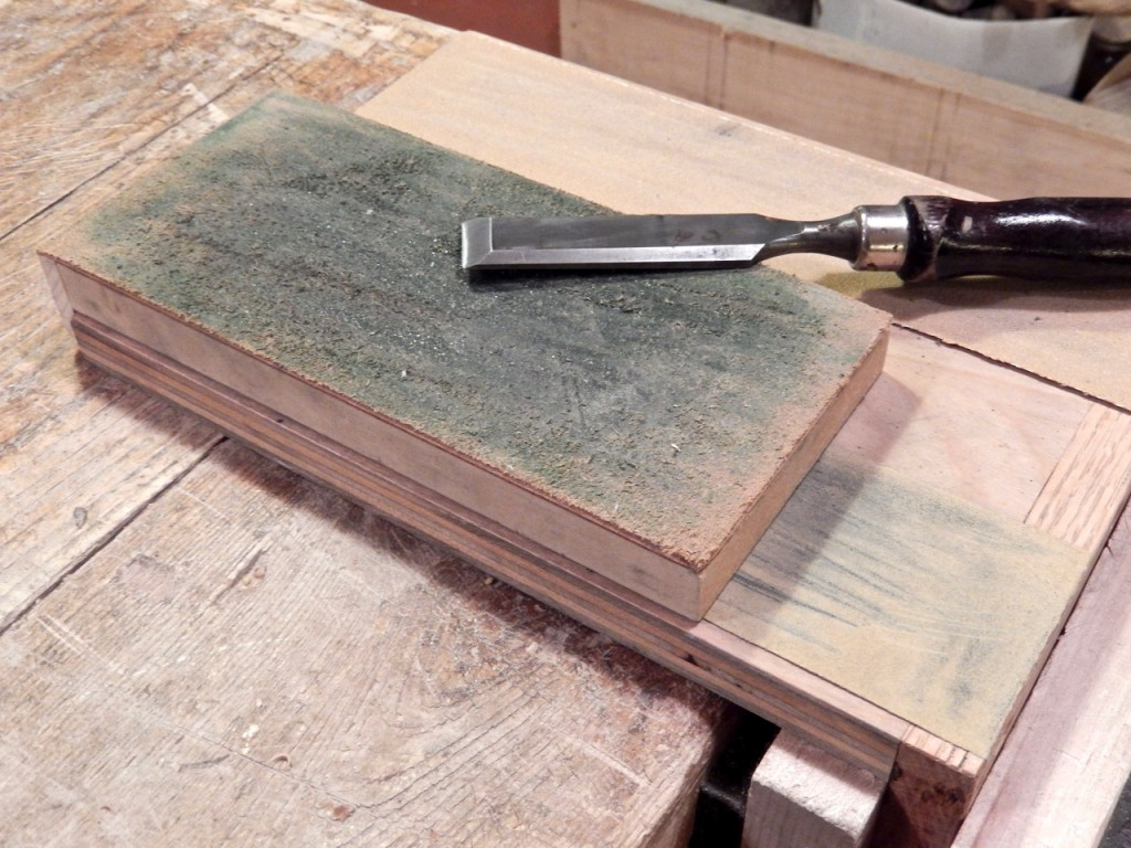 I mount the leather plate over the sandpaper plate and proceed with final buffing of the blade