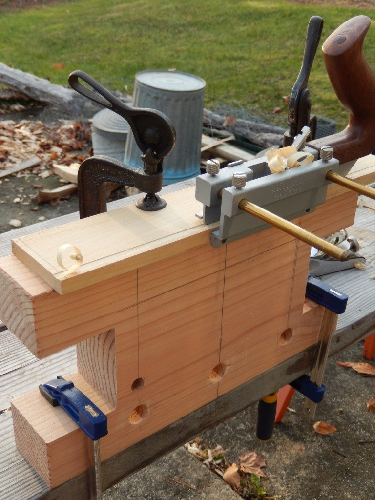 The Bench Bull allows you to clamp narrow pieces by positioning two clamps from the jig's inner face to facilitate effectively grooving, dadoing and rabbeting. This is particularly important in cases where your bench does not have hold fast holes drilled into it.